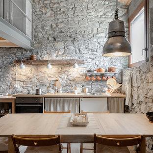 Idee per una cucina mediterranea con lavello da incasso, ante lisce, ante bianche, top in legno, nessuna isola e top beige