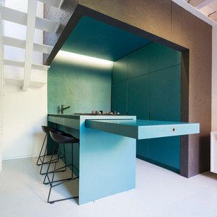 Ejemplo de cocina en U, contemporánea, pequeña, abierta, con armarios con paneles lisos, puertas de armario azules, electrodomésticos con paneles, península, encimeras azules, fregadero de un seno, encimera de madera y suelo gris