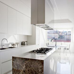 Immagine di una cucina moderna con lavello a doppia vasca, ante lisce, ante bianche, top in superficie solida, paraspruzzi bianco e isola