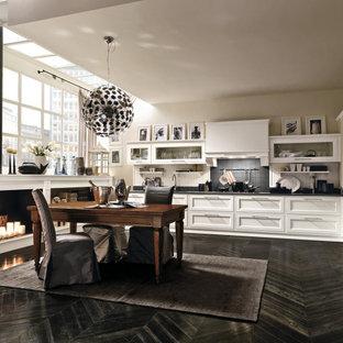 ミラノの中くらいのシャビーシック調のおしゃれなキッチン (アンダーカウンターシンク、シェーカースタイル扉のキャビネット、白いキャビネット、クオーツストーンカウンター、グレーのキッチンパネル、クオーツストーンのキッチンパネル、シルバーの調理設備、塗装フローリング、アイランドなし、黒い床、グレーのキッチンカウンター、折り上げ天井) の写真