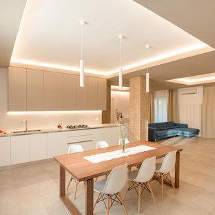 Ispirazione per una cucina contemporanea con ante lisce, ante bianche, nessuna isola, lavello a doppia vasca e pavimento beige