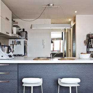 Ispirazione per una piccola cucina boho chic con lavello a doppia vasca, ante grigie, paraspruzzi grigio, pavimento in cemento, penisola, pavimento grigio e top bianco