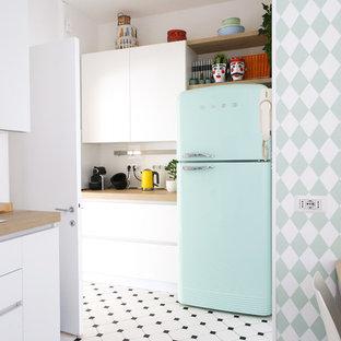 Foto di una cucina bohémian con ante lisce, ante bianche, top in legno, paraspruzzi bianco, elettrodomestici colorati, pavimento multicolore e top beige