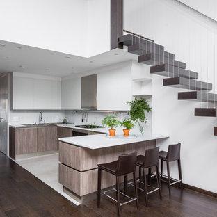 Foto di una cucina design di medie dimensioni con ante lisce, ante in legno scuro, top in quarzo composito, paraspruzzi bianco, elettrodomestici in acciaio inossidabile, penisola e pavimento bianco