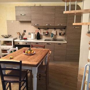 他の地域の小さいラスティックスタイルのおしゃれなキッチン (ルーバー扉のキャビネット、中間色木目調キャビネット、アイランドなし) の写真