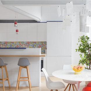 Immagine di una cucina abitabile contemporanea di medie dimensioni con parquet chiaro, pavimento beige, ante lisce, ante bianche e isola