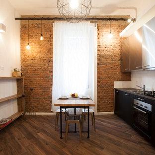 Ispirazione per una cucina industriale di medie dimensioni con pavimento in gres porcellanato, pavimento marrone, ante lisce, ante nere, paraspruzzi bianco, nessuna isola, top nero e lavello da incasso
