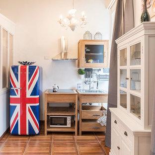 Foto di una cucina scandinava con ante di vetro, ante in legno scuro, paraspruzzi bianco, elettrodomestici in acciaio inossidabile, pavimento in legno massello medio e pavimento marrone