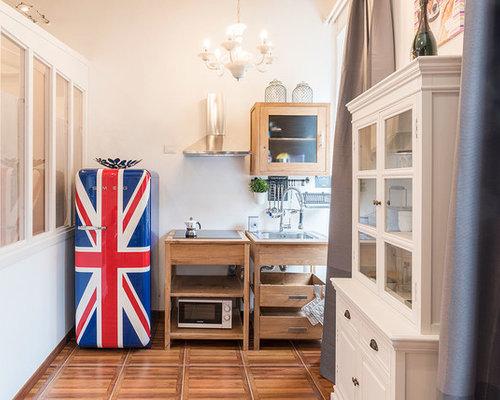 Cucina con ante in legno scuro e ante di vetro - Foto e Idee per ...