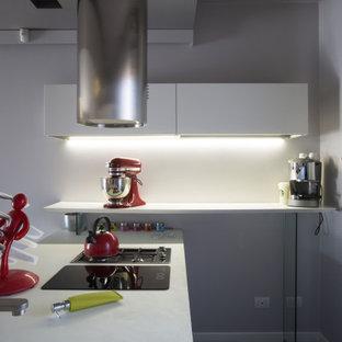 Ispirazione per una piccola cucina a L contemporanea con ante lisce, ante bianche e top bianco