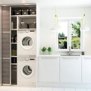 ボローニャの中くらいのモダンスタイルのおしゃれなキッチン (アンダーカウンターシンク、オープンシェルフ、濃色木目調キャビネット、木材カウンター、白い調理設備、セラミックタイルの床、白い床、白いキッチンカウンター) の写真