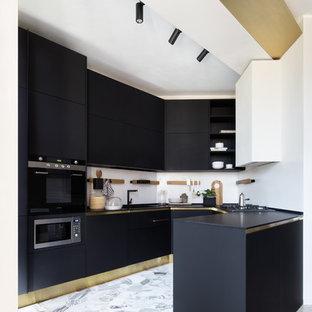 Idee per una cucina ad U contemporanea con ante lisce, ante nere, paraspruzzi bianco, elettrodomestici neri, penisola, pavimento grigio e top nero