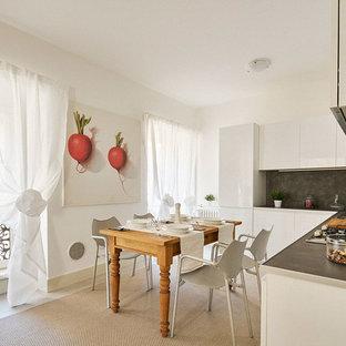 Ispirazione per una cucina contemporanea di medie dimensioni con ante lisce, ante bianche, paraspruzzi nero, nessuna isola e pavimento bianco