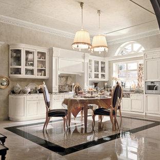 カターニア/パルレモの中くらいのトラディショナルスタイルのおしゃれなキッチン (アンダーカウンターシンク、レイズドパネル扉のキャビネット、白いキャビネット、御影石カウンター、ピンクのキッチンパネル、御影石のキッチンパネル、白い調理設備、大理石の床、アイランドなし、ピンクの床、ピンクのキッチンカウンター、折り上げ天井) の写真