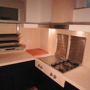 Idéer för att renovera ett litet funkis rosa rosa kök, med en dubbel diskho, släta luckor, skåp i mörkt trä, bänkskiva i kalksten, rosa stänkskydd, stänkskydd i kalk, rostfria vitvaror, tegelgolv och brunt golv