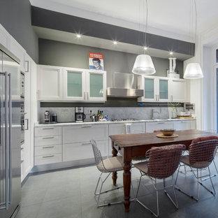 Esempio di una cucina abitabile minimal con ante con riquadro incassato, ante bianche e nessuna isola