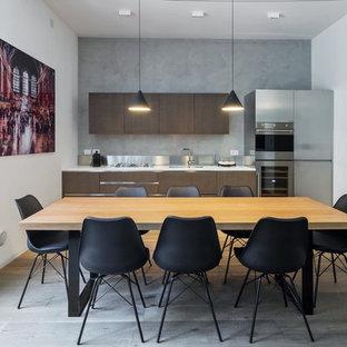 Idee per una cucina minimal con ante con riquadro incassato, ante bianche, elettrodomestici in acciaio inossidabile e nessuna isola