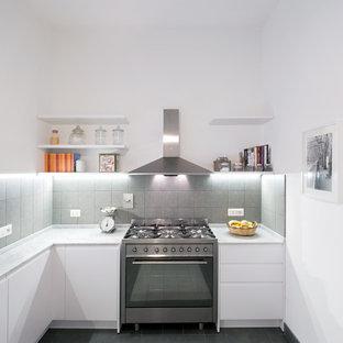 Esempio di una piccola cucina a L contemporanea con ante lisce, ante bianche, top in marmo, paraspruzzi grigio, paraspruzzi con piastrelle in ceramica, elettrodomestici in acciaio inossidabile e pavimento con piastrelle in ceramica