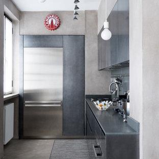 Ispirazione per una cucina a L minimal con ante lisce, ante grigie, nessuna isola, pavimento grigio e top grigio