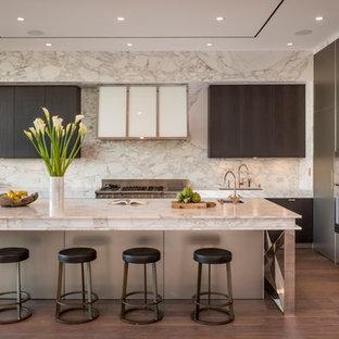 Ispirazione per una grande cucina design con lavello sottopiano, ante lisce, ante grigie, paraspruzzi bianco, paraspruzzi in marmo, elettrodomestici in acciaio inossidabile, parquet scuro, isola, pavimento marrone e top in marmo
