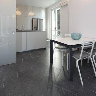 Mittelgroße Moderne Wohnküche in L-Form mit Arbeitsplatte aus Fliesen, Küchenrückwand in Grau, Rückwand aus Porzellanfliesen, Porzellan-Bodenfliesen, Halbinsel, grauem Boden und grauer Arbeitsplatte in Sonstige