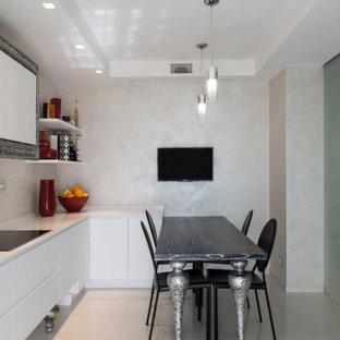 Ispirazione per una cucina contemporanea con lavello da incasso, ante lisce, ante bianche, paraspruzzi beige, paraspruzzi con piastrelle in ceramica, elettrodomestici neri, pavimento in gres porcellanato, nessuna isola, pavimento beige e top bianco