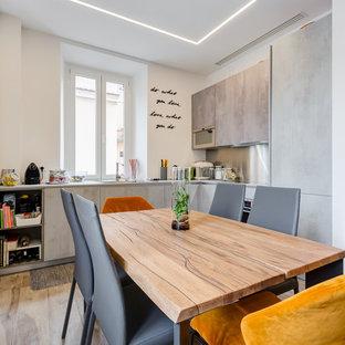 Ispirazione per una cucina contemporanea di medie dimensioni con pavimento in gres porcellanato, pavimento beige, ante lisce, ante grigie, paraspruzzi grigio e elettrodomestici in acciaio inossidabile