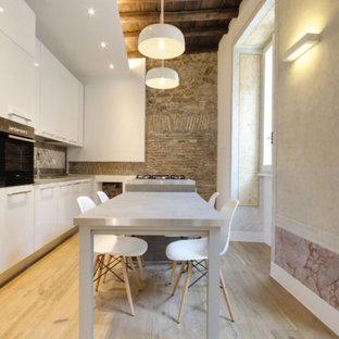 ローマの広いエクレクティックスタイルのおしゃれなI型キッチン (ドロップインシンク、フラットパネル扉のキャビネット、白いキャビネット、大理石カウンター、グレーのキッチンパネル、セラミックタイルのキッチンパネル、白い調理設備、無垢フローリング、ベージュの床、グレーのキッチンカウンター、表し梁) の写真