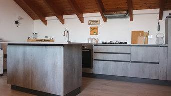 Realizzazione cucina effetto cemento- gola e zoccolo nero