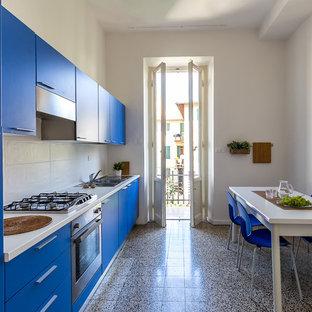 Foto di una cucina contemporanea di medie dimensioni con lavello a doppia vasca, ante lisce, ante blu, paraspruzzi bianco, elettrodomestici in acciaio inossidabile, nessuna isola, paraspruzzi con piastrelle in ceramica, pavimento con piastrelle in ceramica e pavimento multicolore