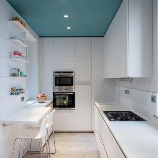 Ispirazione per una cucina ad U design di medie dimensioni con lavello a doppia vasca, ante lisce, ante bianche, paraspruzzi bianco, elettrodomestici da incasso, nessuna isola, pavimento beige e top bianco