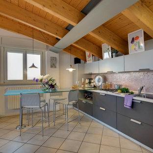 Foto di una cucina moderna con lavello da incasso, ante lisce, ante grigie, paraspruzzi rosa, paraspruzzi con piastrelle a mosaico, elettrodomestici in acciaio inossidabile, pavimento beige, top bianco, travi a vista, soffitto a volta e soffitto in legno