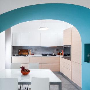 Esempio di una cucina contemporanea con lavello a doppia vasca, ante lisce, ante in legno chiaro, paraspruzzi grigio, elettrodomestici in acciaio inossidabile, pavimento grigio e top bianco