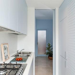 Ispirazione per una piccola cucina parallela contemporanea chiusa con lavello a doppia vasca, ante lisce, ante bianche, top in superficie solida, paraspruzzi bianco e paraspruzzi con piastrelle in ceramica