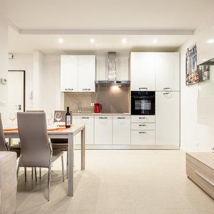Inredning av ett modernt litet linjärt kök och matrum, med en enkel diskho, släta luckor, skåp i rostfritt stål, träbänkskiva, klinkergolv i keramik och beiget golv