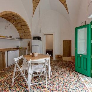 Foto di una cucina mediterranea con nessun'anta, top in legno, elettrodomestici bianchi e nessuna isola