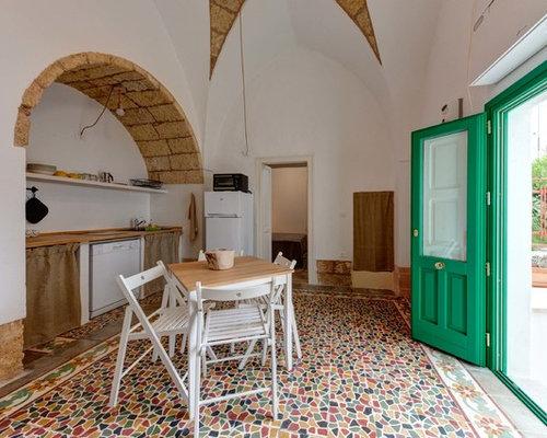 Foto Di Una Cucina Mediterranea Con Nessunu0027anta, Top In Legno,  Elettrodomestici Bianchi