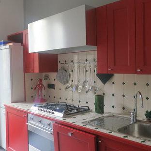 Zweizeilige, Kleine Klassische Küche mit Doppelwaschbecken, roten Schränken, Arbeitsplatte aus Fliesen, Küchenrückwand in Beige, Rückwand aus Keramikfliesen, weißen Elektrogeräten, Keramikboden und grauem Boden in Turin