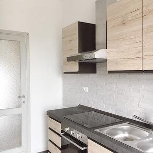 Esempio di una cucina lineare contemporanea con lavello a doppia vasca, ante in legno chiaro, elettrodomestici neri, top grigio, ante lisce, paraspruzzi beige e pavimento multicolore