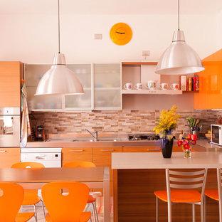 Modelo de cocina en U, actual, de tamaño medio, abierta, con fregadero encastrado, puertas de armario naranjas, salpicadero de azulejos de porcelana, suelo de baldosas de porcelana, una isla, armarios con paneles lisos y salpicadero naranja