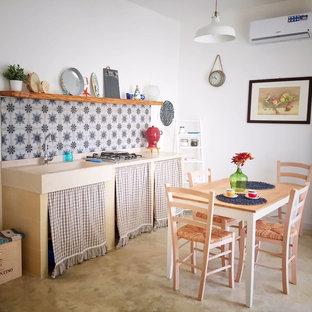 Immagine di una cucina lineare mediterranea con nessun'anta e nessuna isola