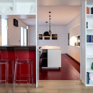 Idee per una cucina moderna di medie dimensioni con ante lisce, elettrodomestici neri e pavimento multicolore