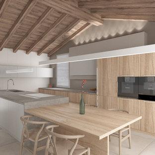 Bild på ett stort nordiskt grå grått kök, med en enkel diskho, luckor med infälld panel, skåp i ljust trä, bänkskiva i kvarts, rostfria vitvaror, klinkergolv i porslin, en köksö och grått golv
