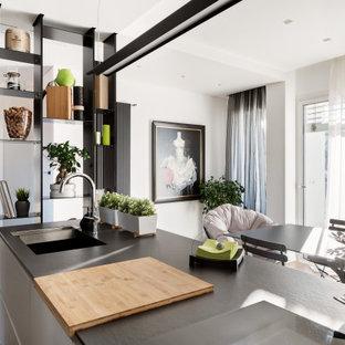 Idee per una cucina contemporanea con lavello sottopiano, ante lisce, ante bianche, parquet scuro e pavimento marrone