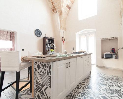 Cucina con ante bianche e pavimento con cementine foto e - Cementine cucina ...