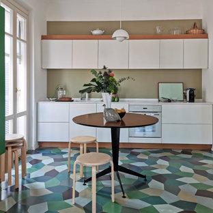 Immagine di una cucina a L design con ante lisce, ante bianche, elettrodomestici bianchi, pavimento multicolore e top bianco