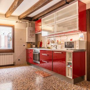 Idee per una cucina eclettica con lavello da incasso, ante lisce, ante rosse, top in acciaio inossidabile, paraspruzzi grigio, elettrodomestici neri, nessuna isola e pavimento multicolore