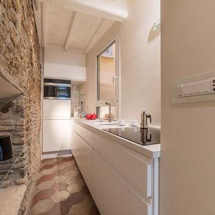 Idee per una piccola cucina mediterranea con lavello sottopiano, ante lisce, ante bianche, nessuna isola, pavimento multicolore e top bianco