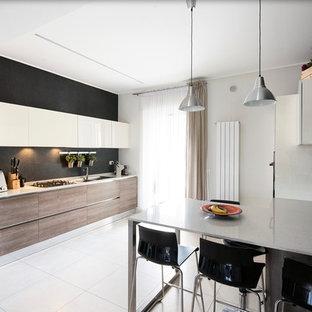 Idee per una cucina minimal con lavello a doppia vasca, ante lisce, ante in legno scuro, paraspruzzi nero, penisola e pavimento bianco
