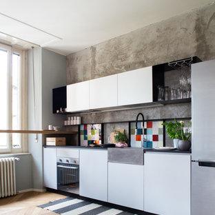 Idee per una cucina lineare contemporanea con lavello stile country, ante lisce, ante bianche, paraspruzzi multicolore, parquet chiaro, nessuna isola e pavimento beige